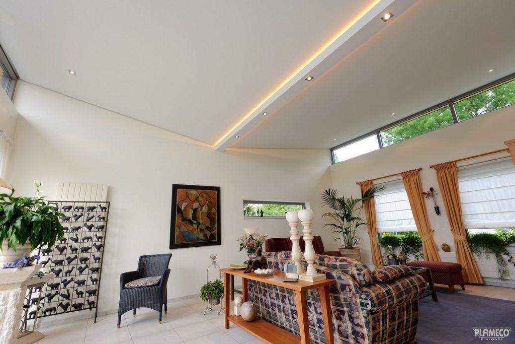 mat spanplafond met schuine helling geplaatst Mol