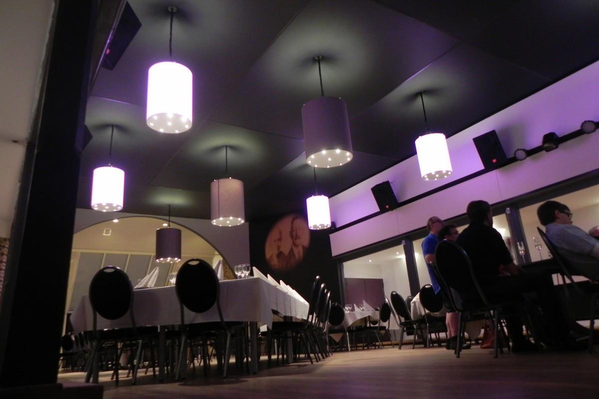 Sierlijsten Voor Badkamer : Installatie van plafond sierlijsten u stockfoto yunava